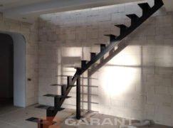 каркас г-образной лестницы на монокосоуре