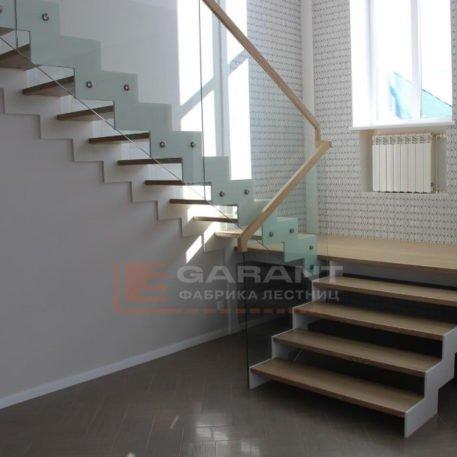 лестница п-образная со стеклом